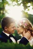 Sinnliche schöne junge blonde Braut und hübscher Bräutigam am sunse Lizenzfreies Stockbild