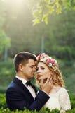 Sinnliche schöne junge blonde Braut und hübscher Bräutigam am sunse Stockfotos