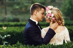 Sinnliche schöne junge blonde Braut und hübscher Bräutigam am sunse Stockfoto