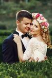 Sinnliche schöne junge blonde Braut und hübsches Bräutigamumarmen Stockbilder