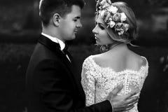 Sinnliche schöne junge blonde Braut und hübsches Bräutigamumarmen Lizenzfreie Stockfotografie
