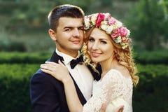 Sinnliche schöne junge blonde Braut und hübsches Bräutigamumarmen Stockfotos