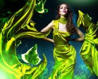 Sinnliche Schönheit im grünen Gewebe Stockfotografie