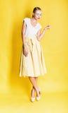 Sinnliche sexy blonde Frau im langen gelben Rock Stockfoto