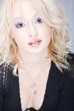 Sinnliche und ruhige junge blonde Frau Lizenzfreie Stockfotos