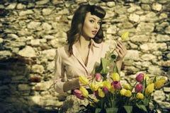 Sinnliche Weinlesefrau mit Tulpen Stockbilder