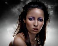 Sinnlicher Brunette mit mehrfarbiger Verfassung Lizenzfreie Stockfotos