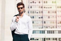 Sinnlicher und hübscher junger Mann in der Stadt lizenzfreie stockfotos
