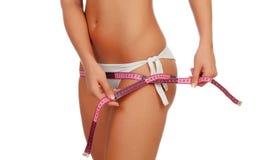 Sinnlicher weiblicher Körper mit Bikini und Maßband Stockfotos