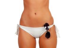 Sinnlicher weiblicher Körper mit Bikini und Sonnenbrille Stockfoto