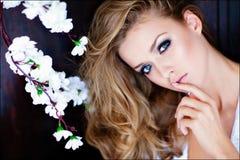 Sinnliches blondes Mädchen der Porträtnahaufnahme mit blauen Augen Lizenzfreie Stockfotos