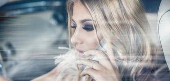 Sinnliches blondes Mädchen im Luxusauto Stockbild