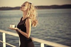 Sinnliches blondes Mädchen mit Sonnenbrille Stockfotos