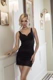 Sinnliches blondes mit Frisur in Luxusumgebendem Lizenzfreie Stockfotos