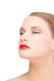 Sinnliches blondes Modell, das rote Lippen trägt Stockfotografie