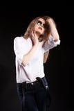 Sinnliches blondes Modell mit Hosenträgern und weißem Hemd Stockbilder