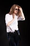 Sinnliches blondes Modell mit Hosenträgern und weißem Hemd Stockfotografie