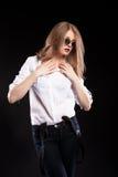 Sinnliches blondes Modell mit Hosenträgern und weißem Hemd Lizenzfreies Stockbild
