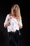 Sinnliches blondes Modell mit Hosenträgern und weißem Hemd Lizenzfreies Stockfoto