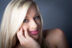 Sinnliches blondes weibliches Griffgesicht der grünen Augen Lizenzfreie Stockfotografie