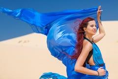 Sinnliches Frauenporträt im Blau auf Sanden lizenzfreie stockfotos
