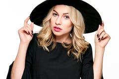 Sinnliches Halloween-Hexen-Studio-Porträt Attraktive junge Frau kleidete in Hexenhalloween-Kostüm an, das über Weiß lokalisiert w stockfoto