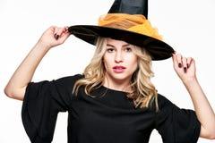 Sinnliches Halloween-Hexen-Studio-Porträt Attraktive junge Frau kleidete in Hexenhalloween-Kostüm an, das über Weiß lokalisiert w stockbilder