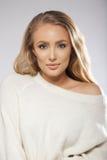 Sinnliches junges weibliches Modell, das auf grauem Hintergrund aufwirft Stockfotos