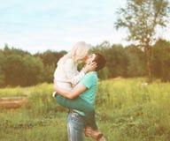 Sinnliches Küssen des glücklichen Paars Lizenzfreies Stockfoto