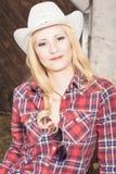 Sinnliches lächelndes glückliches blondes Cowgirl, das Stetson trägt Lizenzfreies Stockbild