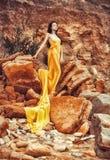 Sinnliches Mädchen auf den Felsen Stockfoto