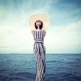 Sinnliches Mädchen auf der Küste Lizenzfreie Stockbilder