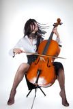 Sinnliches Mädchen, das Cello spielt und ihr Haar verschiebt Stockbilder