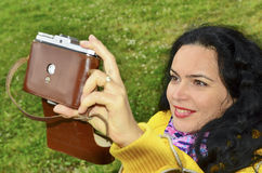 Sinnliches Mädchen des Brunette mit alter Fotokamera auf dem Film, Fotos machend Stockbilder