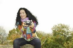 Sinnliches Mädchen des Brunette mit alter Fotokamera auf dem Film, Fotos machend Lizenzfreie Stockfotografie