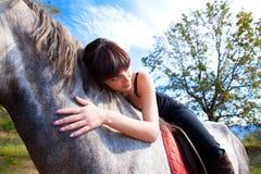 Sinnliches Mädchen gelehnt über dem Pferdehals Stockbilder