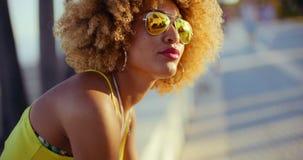 Sinnliches Mädchen mit dem Afro, der auf Promenade stillsteht stock video footage