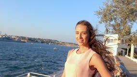 Sinnliches Mädchen mit dem langen Haar, das im Park durch das Meer aufwirft stock footage