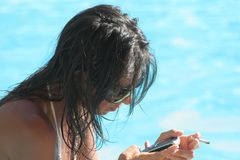 Sinnliches Mädchen mit Handy Lizenzfreies Stockbild