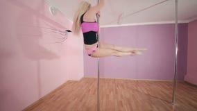 Sinnliches Mädchentanzen mit Pfosten im Studio stock video