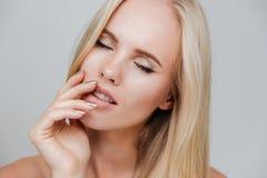 Sinnliches nacktes blondes Mädchen mit der geschlossenen Augenaufstellung Lizenzfreies Stockfoto