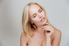 Sinnliches nacktes blondes Mädchen mit der geschlossenen Augenaufstellung Stockfoto