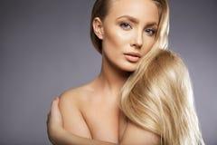 Sinnliches nacktes weibliches Modell auf grauem Hintergrund Stockbild