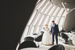 Sinnliches Porträt eines jungen Hochzeitspaares outdoor lizenzfreies stockfoto