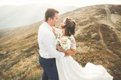 Sinnliches Porträt eines jungen Hochzeitspaares outdoor stockfotos