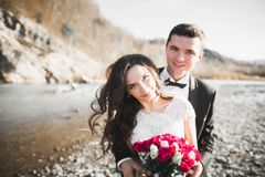 Sinnliches Porträt eines jungen Hochzeitspaares outdoor lizenzfreie stockbilder