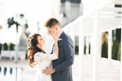Sinnliches Portr?t eines jungen Hochzeitspaares outdoor lizenzfreie stockfotografie