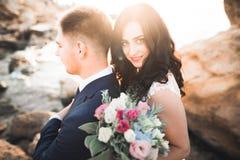 Sinnliches Portr?t eines jungen Hochzeitspaares outdoor stockbild