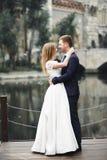 Sinnliches Portr?t eines jungen Hochzeitspaares outdoor stockbilder