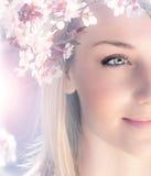 Sinnliches Portrait einer Frühlingsfrau Stockfotos